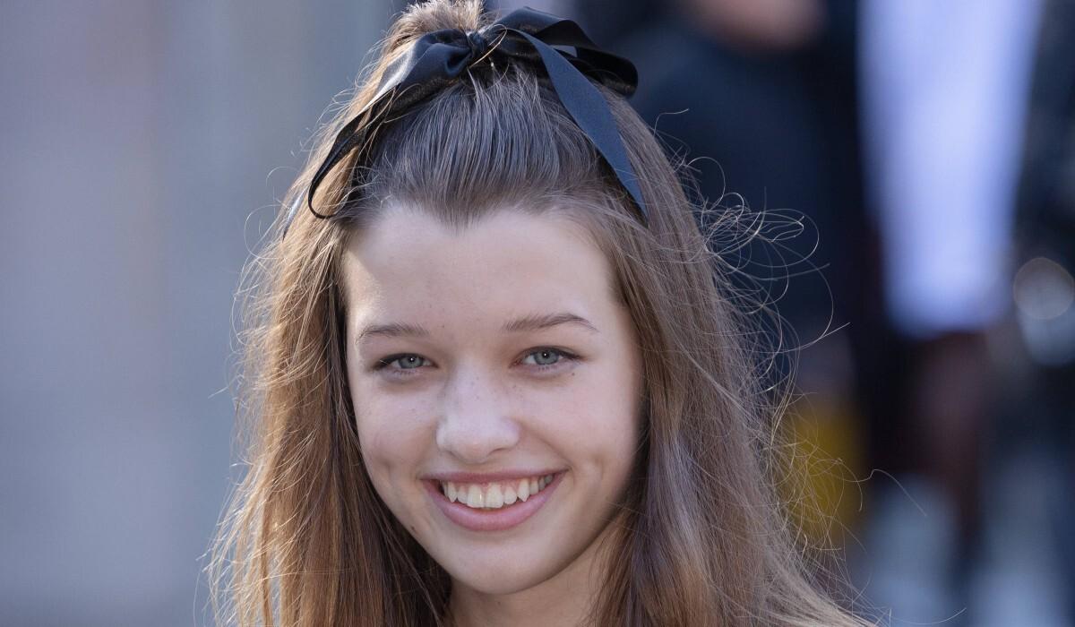 Дочь Милы Йовович самостоятельно посетила модный показ в Париже