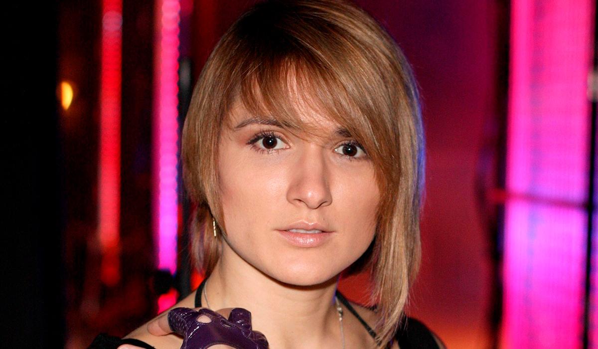 «Ты что творишь, тетя?»: звезда «Дома-2» Ольга Солнце в милитари-купальнике поздравила мужчин России