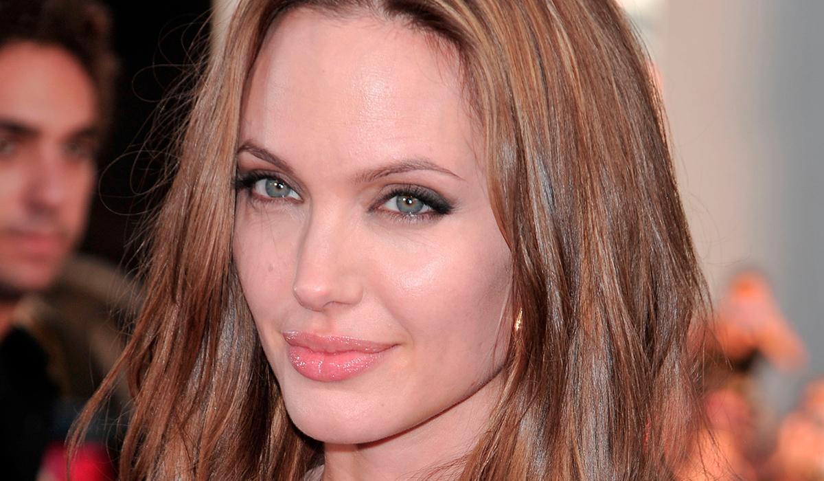 Анджелина Джоли продала принадлежавшую ей картину Черчилля за 11 млн долларов