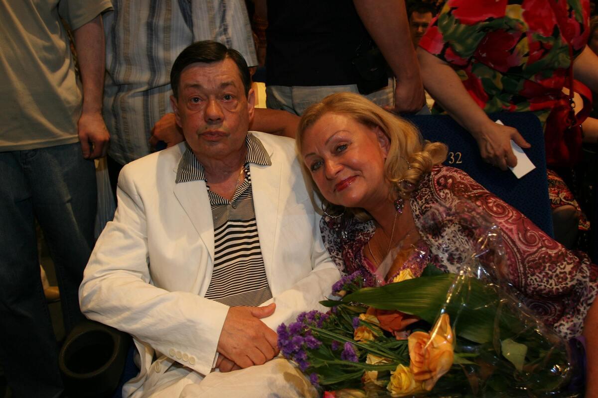 «Очень страдаю»: вдова Караченцова вывезла из квартиры портреты мужа