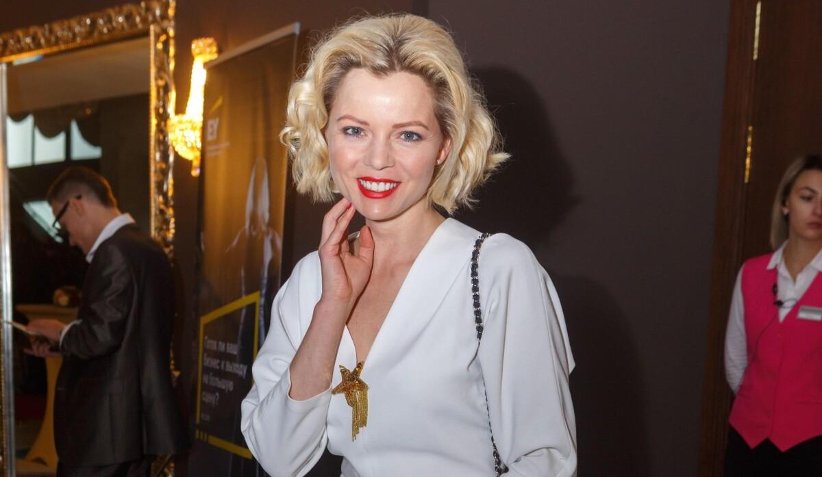 """«""""Отрастила"""" волосы обратно»: ведущая Елена Николаева поделилась фото в новом образе"""