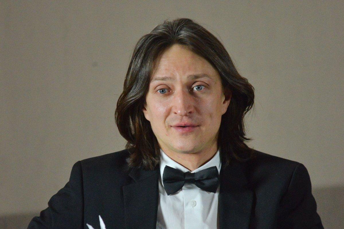 «Загадочный и неординарный»: Юрий Чурсин показал коллег по новому сериалу