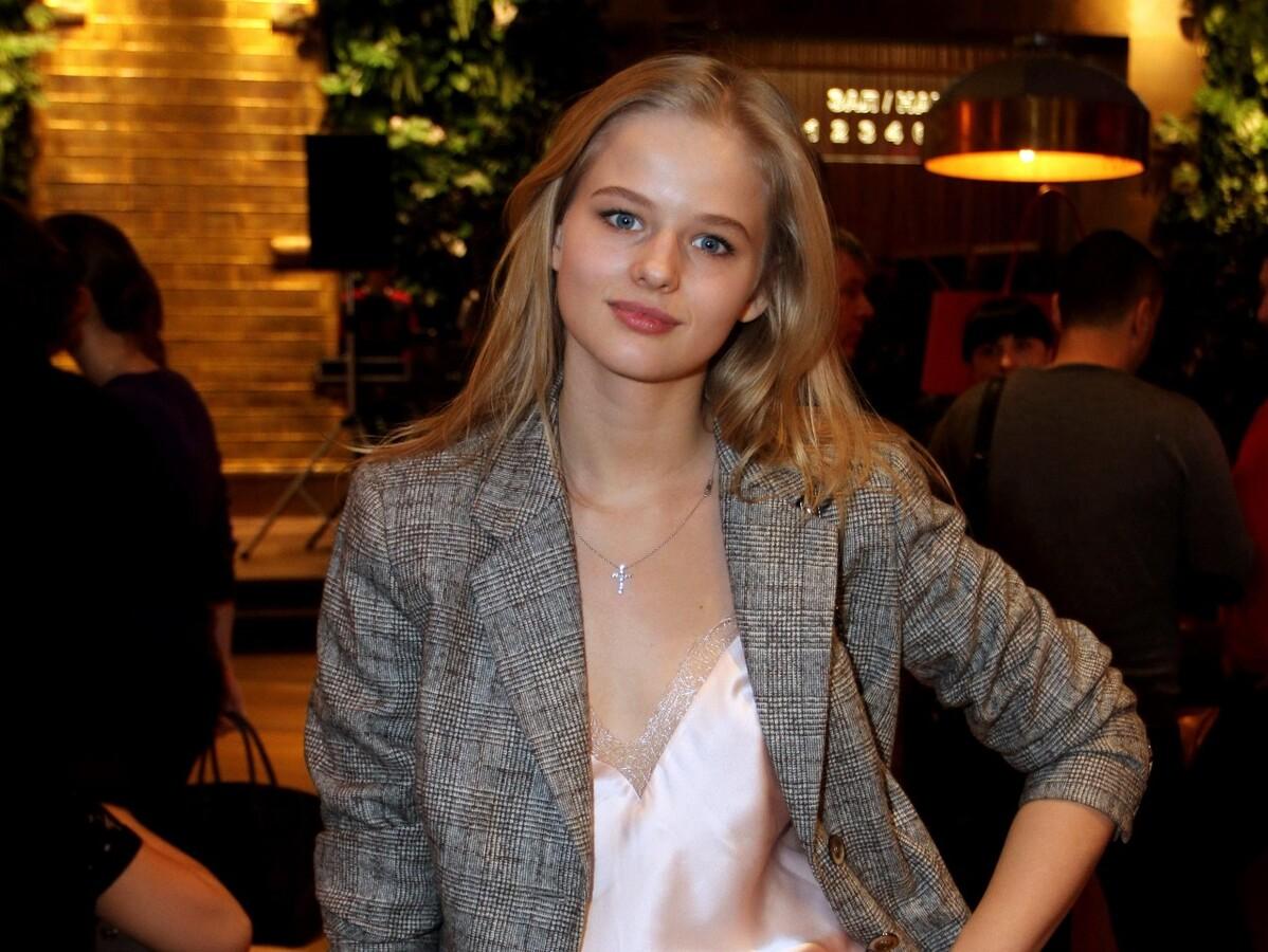 «Что за шторы на Саше?»: оверсайз наряд Александры Бортич на шоу Урганта удивил поклонников