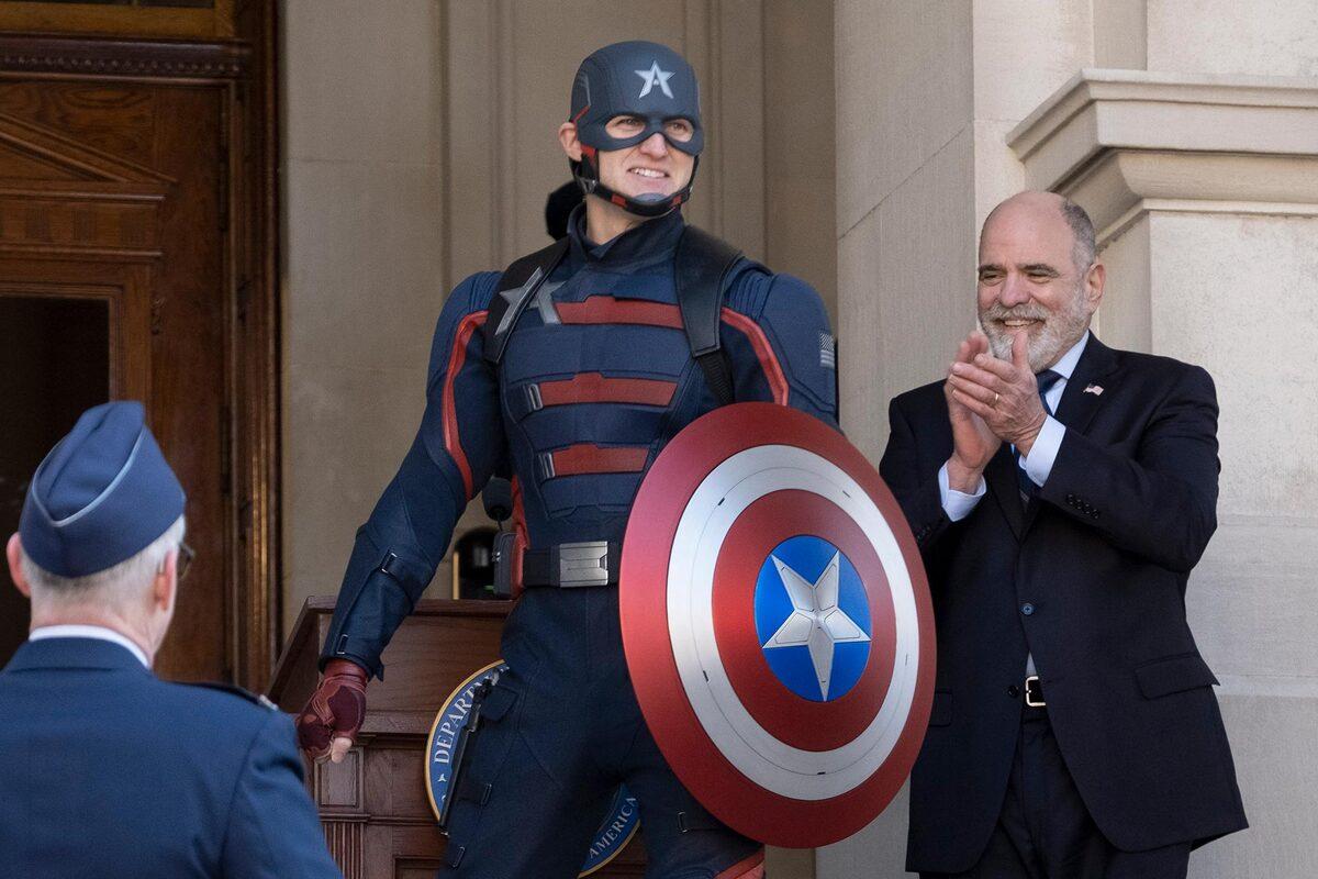 Уайатт Рассел просил у Marvel костюм Капитана Америки, который носил Крис Эванс, но ему выдали новый