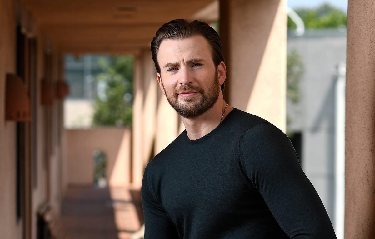Крис Эванс показал синяки, которые он получил на съемках «Серого человека»