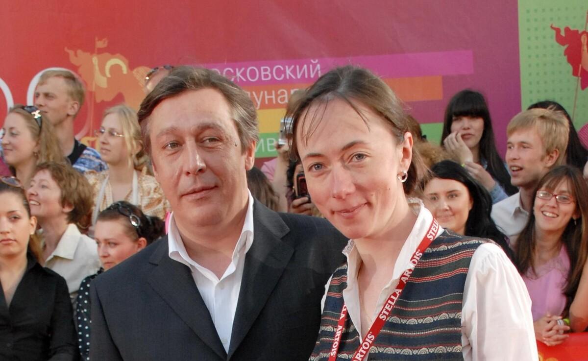 «Горбатится на двух работах»: как жена Ефремова справляется с трагедией в семье